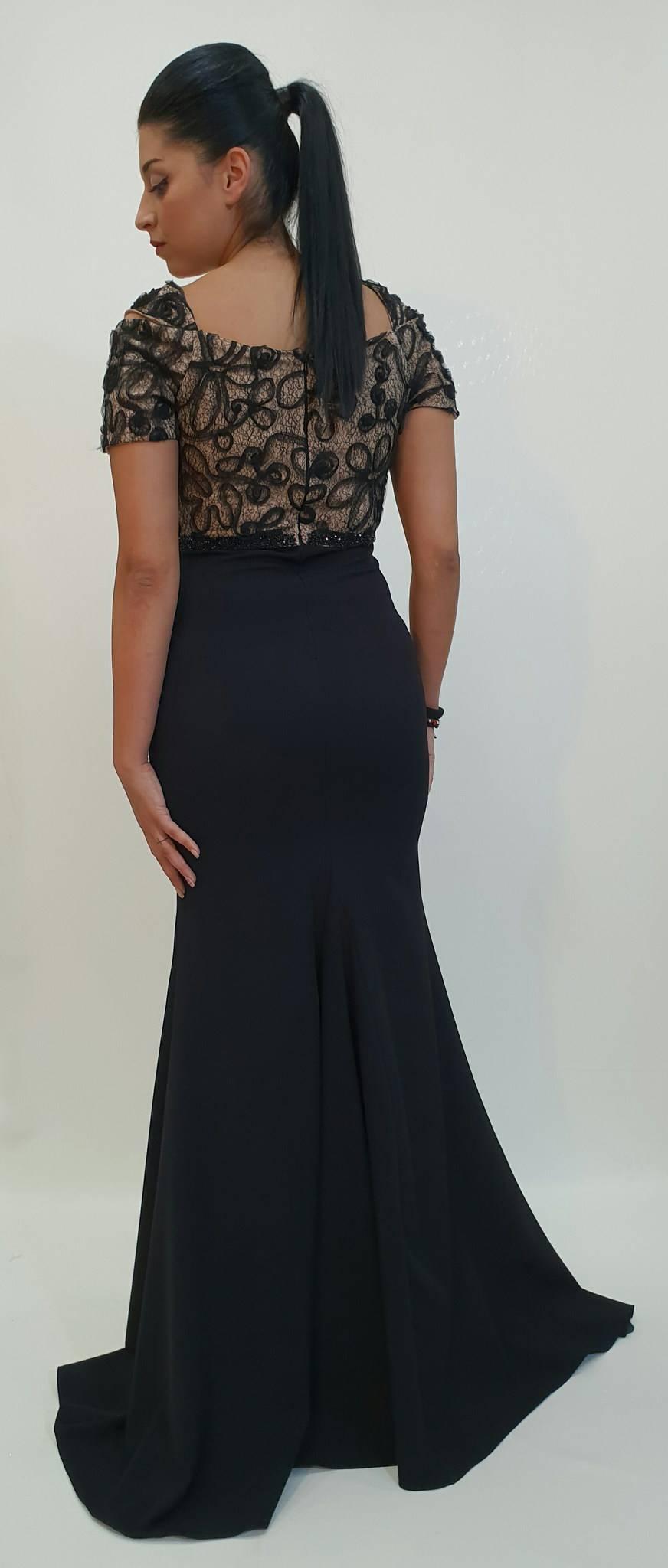 Φόρεμα στενό με δαντέλα στο μπούστο