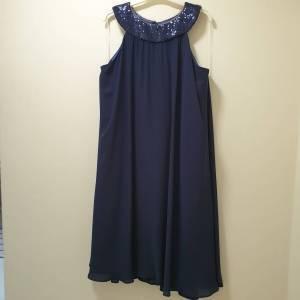 Φόρεμα κοντό με παγέτα στο λαιμό